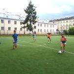 Mecz piłki nożnej, dzieci na boisku