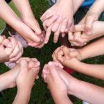 Ręce dzieci połączone w koło