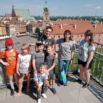 Zdjęcie grupowe, dzieci na wycieczce na wieży widokowej na starym mieście w Warszawie
