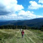 Górski widok, niebieskie niebo, chmury i polana