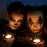 Dwoje dzieci w przebraniach i charakteryzacjach na hallowen