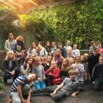 Zdjęcie grupowe, dzieci na wycieczce w ogrodzie botanicznym