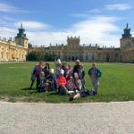 Zdjęcie grupowe, dzieci wycieczce w Muzeum w Wilanowie, zdjęcie przed pałacem