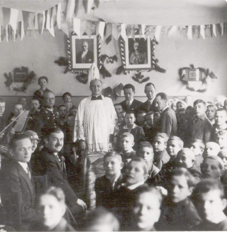 1933 rok, Poświęcenie Ogniska Praga,Zdjęcie archiwalne czarno - białe przedstawiające Kazmierza Lisieckiego z wychowannkami
