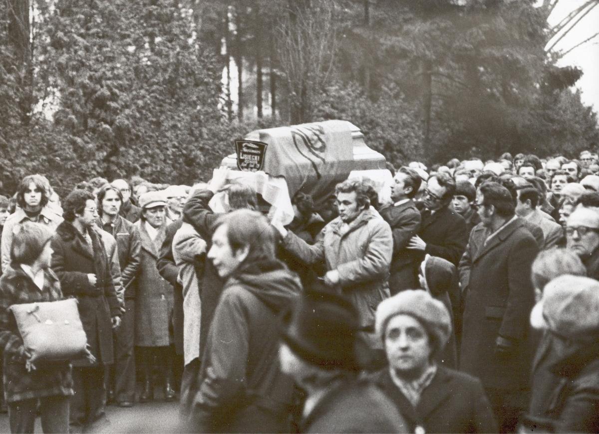 1971 rok, Pogrzeb Kazimierza Lisieckiego, zdjęcie czarno-białe przedstawiające tłumu ludzi