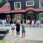 Zdjęcie grupowe dzieci z Ogniska Starówka w Sopotni Wielkiej