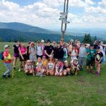 Zdjęcie grupowe dzieci z Ogniska Starówka na tle gór