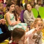 Grupa dzieci z Ogniska Ursynów podczas urodzin Ogniska