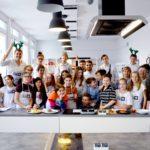 Zdjęcie grupowe w studio kulinarym