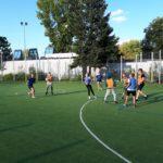 Dzieci rozgrywające mecz piłki nożnej na boisku