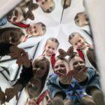 Dzieci w pokoju luster - widoczne są powielone sylwetki postaci