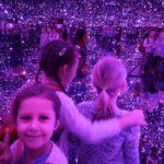 dwie dziewczynki w pokoju luster