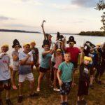 Zdjęcie grupowe, dzieci na wycieczce nad wodą