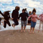 Zdjęcie grupowe, dzieci na wycieczce nad morzem, podskakują do zdjęcia