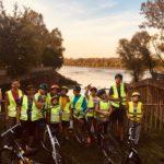 Zdjęcie grupowe, dzieci na wycieczce rowerowej