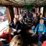 Zdjęcie grupowe, dzieci na wycieczce w starym pociągu