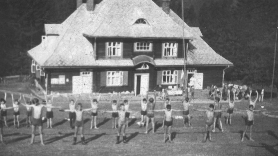 Obóz w Sopotni wielkiej, zdjęcie czarno - białe archiwalne, gimnastyka przed budynkiem