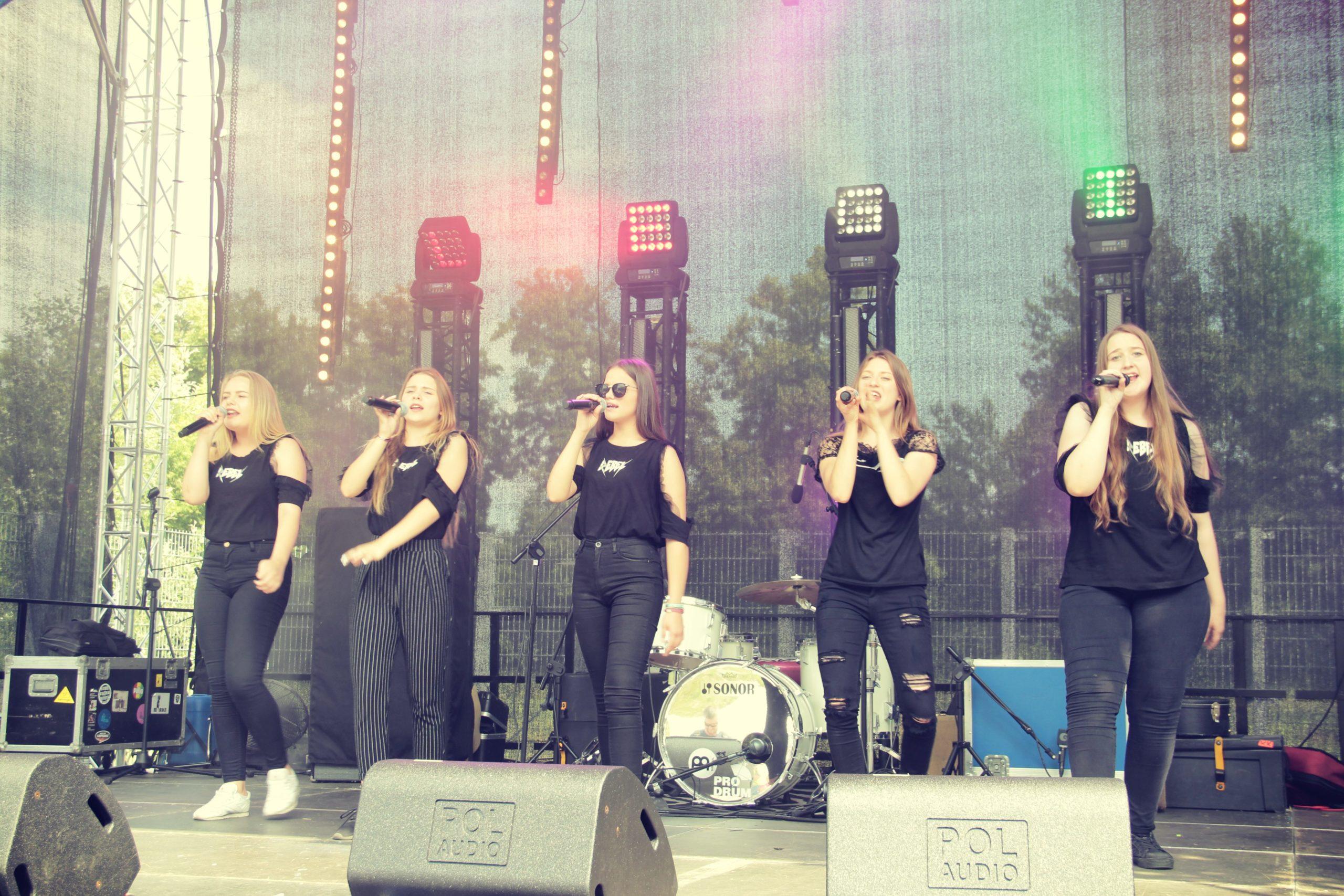 Występ zespołu Prink Girls na scenie