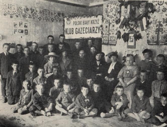 Fotografia pochodząca ze spotkania wigilijnego, które miało miejsce 22 grudnia 1918 roku w ognisku przy Miodowej 6. Gośćmi byli m.in. p.Helena Paderewska (założycielka Polskiego Białego Krzyża), ksenia hr. Mycielska, hr. Krasicka oraz Konsul z Ambasady amerykańskiej.